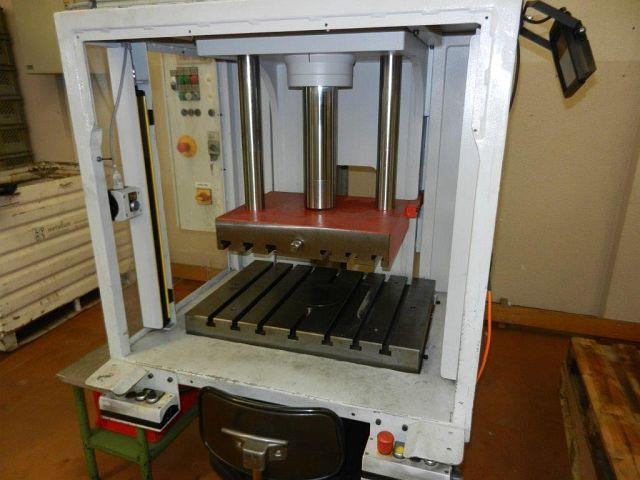 gebrauchte Pressen und Bördelmaschinen Einständerpresse - Hydraulisch NEFF EP 30 - 700X500