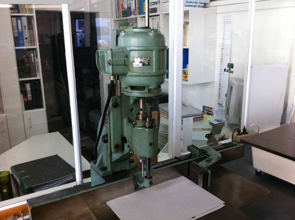 gebrauchte Maschine Papierbohrmaschine HANG 136