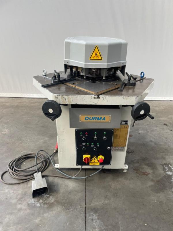 gebrauchte Blechbearbeitung / Scheren / Biegen / Richten Ausklinkmaschine Durma VHKM 2006