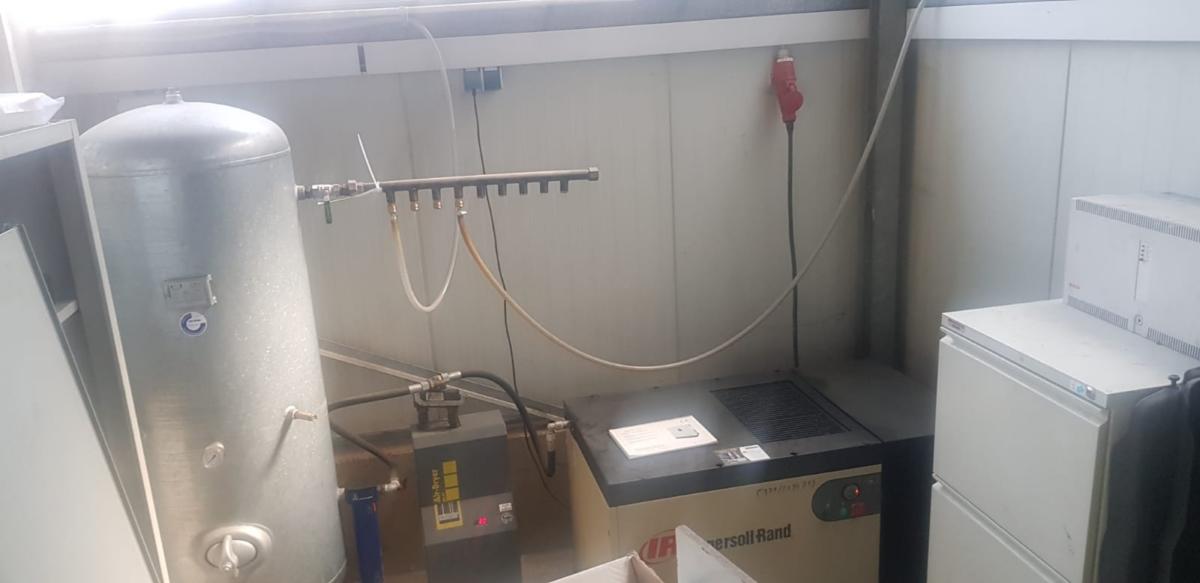 gebrauchte Werkstatteinrichtung / Betriebsausstattung Kompressoren INGERSOLL RAND Kompressor mit Kaeltetrockner
